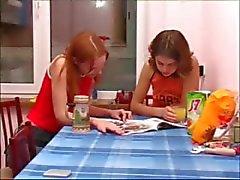 Masha en Ivana teenies plassen op wc