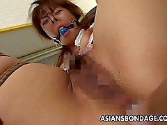 Asiatici legate in su spruzzi della femmina dalle sue ses di BDSM