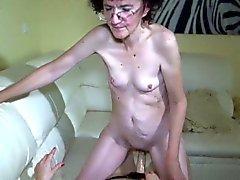 granny Oldnanny y sexy adolescente gozan de juego lésbico