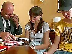 Gracinha está a oferecer de sua fenda para os professores divertidos lascivo