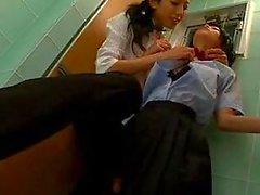 Aziatische schoolmeisjes Hartstochtelijk Pussy Vingeren In een Toilet
