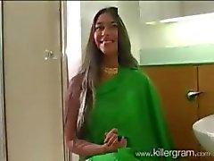 Esposa norte indiano em Green Sari chupa Grande West Indies Black Dick depois do jogo de Cricket