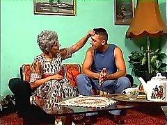 Een granny in glazen en haar jonge stud