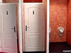 Twee ingeschakeld sexy babes delen een harde pik in het toilet