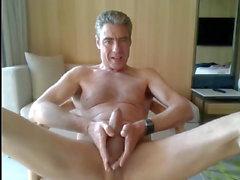 padre masturbandosi nella sua camera d'albergo