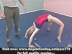 Adorable blonde Teen Cheerleader Training mit ihrer Lehrerin