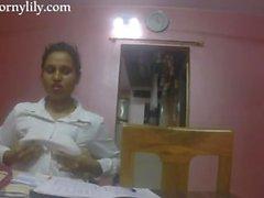 Slutty indische Sekretärin wird geil im Büro
