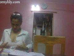 secrétaire indien slutty obtient cornée dans le bureau