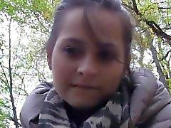 Chica checa golpeada por pervertido extraño por un poco de dinero