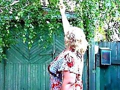 grossos mães russas, mijando em chinelos)