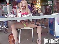 Mofos - Titty мигающий делает бар в весело