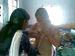Hostel bölgesinde oynayarak kolej kızları