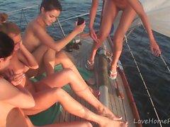 Le ragazze calde sanno fare partito durante la navigazione