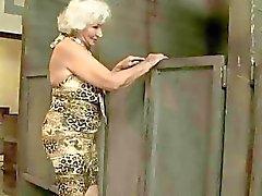 Granny blir fucked i offentliga toaletten
