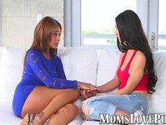 Kinky mamma e teen lesbiche giocare con un giocattolo di sesso sul divano