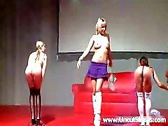 Drie sexy schoolmeisje strippen