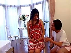 Japanilainen sairaanhoitaja huolehtii hänen raskaana potilaan