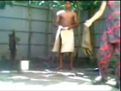 niña de Bangladesh muchacho n cogiendo al aire libre Baño