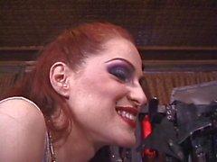 Bella giovane biondina con suoi ugelli ideale abusi da parte padrona rossa