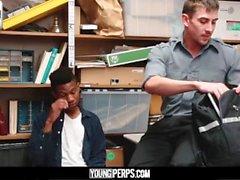 YoungPerps-Giovane ladro nero senza preservativo con la guardia di sicurezza arrapata