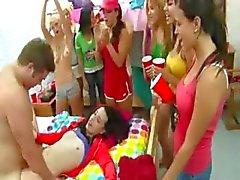 Os estudantes universitários que jogam jogos eróticos
