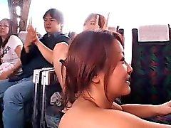 bebês japoneses que mostram melharucos agradáveis em um ônibus e batendo alguns