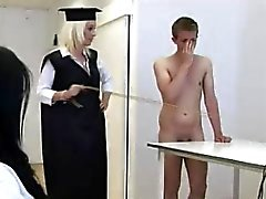 De CFNM tipo en de fantasía el castigo de la escuela con las chicas Mujeres Dominantes