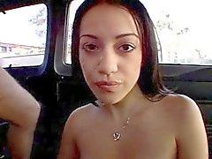 Juurikaan brunette munaa ja facialized bussissa