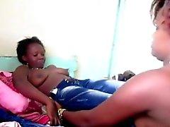 Kurvikas Afrikkalainen nartuilla leikitteli pilluja kaupungista lesbo toimintaa