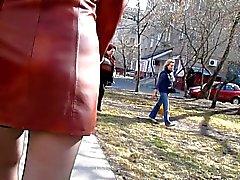 Wandelen in kousen in een straat