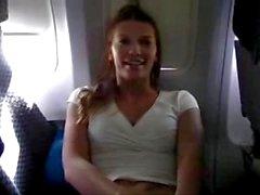 Euro Chick Masturbieren eine Meile hoch auf einer Airline