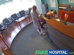 FakeHospital Lady syvältä koiras säästääkseen terveydenhoitopalvelut laskut
