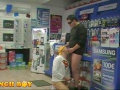 2 ragazzi ottenerlo in un negozio di fastenale