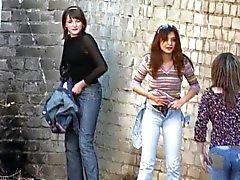 Las niñas despegue bragas de orinan outdoors 3 de
