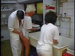 Brune mature et la de platine granny Blonde obtiennent annihilés au foursome dans la cuisine