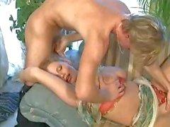 Porn tedesco classico della anni '90 con dai grossi seni biondo che soffia e cazzo