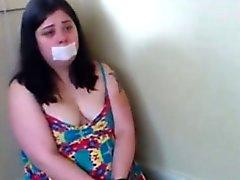 Mit Handschellen gefesselte mollig Schlampe Würgen für Webcamshow