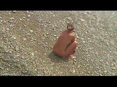 Attraper un couple ayant des relations sexuelles sur la plage