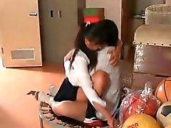 Babes scolastici asiatici che giocano giochi sessuali a di gruppo