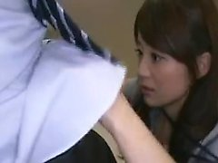 Naughty Japanese girl frotte sa pêche et souffle un coq