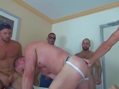 Muscle Bottom Ottiene Gangbanged nella camera d'albergo