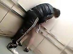 Dold kamera i en hiss fångar en killen smeker sin och g