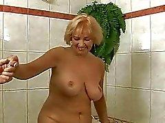 Della nonna tettona si fa scopare dura con il suo amante