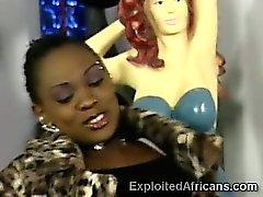 Bootylicious африканских милашка получает некоторый нагрузки с белой бандита