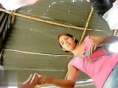 jeune starlette Tight corsé obtient ses longues jambes pris sur la came