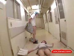 Бессознательная дамы Офис отчеканены выебанная к 2 уборщиках на полу у в коридор