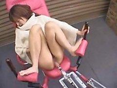 Сексуальная азиатские милашка распространяет ее ноги и долбаный машина буры ее пизда