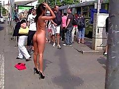 Vasca del Brunette nudo In Public . Talloni sexy il ! per triplextroll