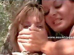 Un par de guarras saltar sobre de chicas duerme en tienda de la rasgadura su ropa y abusando de la mujerzuela desnudo