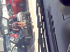 Bir süpermarket otopark bir etek yukarı . Resim iç çamaşırı